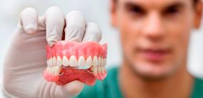 Съемные зубные протезы, сделанные из акриловой пластмассы