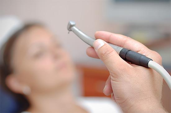 Попробуем разобраться, насколько болезненной является процедура лечения кариеса и можно ли как-то избежать неприятных ощущений...