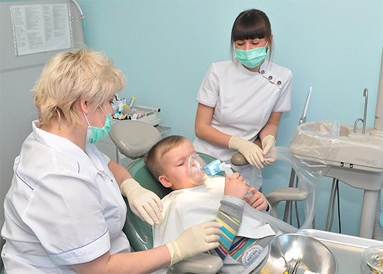 Иногда процедуру лечения кариеса целесообразно провести под наркозом при полном отключении сознания (особенно у детей).