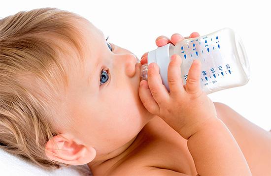 Уже с момента появления у ребенка первого молочного зуба важно принимать меры по недопущению развития так называемого бутылочного кариеса - об этом давайте и поговорим далее...