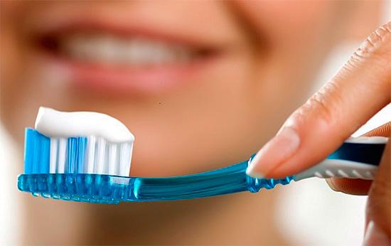 Сонник целительницы Евдокии связывает чистку зубов с избавлением от неприятностей и борьбой за благополучие.