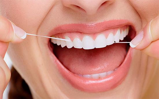 Применение зубных нитей позволяет эффективно очистить межзубные промежутки, где часто скапливаются остатки пищи и налет.
