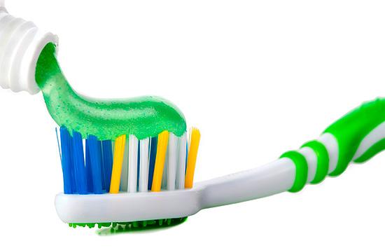Весьма эффективно защищают от кареиса зубные пасты с содержанием фтора.