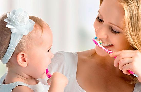 Приучать детей чистить зубы полезно в игровой форме, не принуждая к этой важной процедуре насильно.