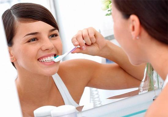 Лечить любые виды кариеса необходимо в стоматологической клинике, однако возможна и вспомогательная терапия в домашних условиях.