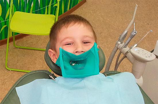 Применение коффердама позволяет изолировать отдельные зубы от остальной полости рта во время лечения.