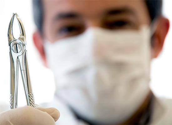 В ряде случаев глубоко зашедший кариес под десной приводит к необходимости удаления зуба.