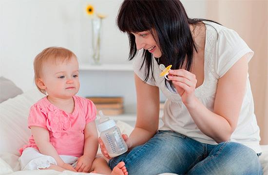 Не нужно облизывать соску малыша, если она загрязнена, лучше ее просто помыть.