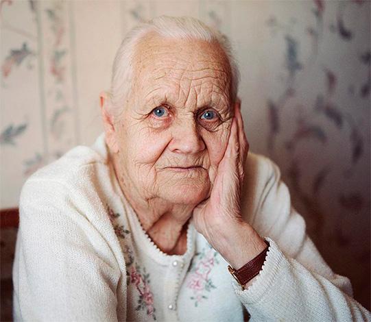 Абсурдно запрещать бабушкам и дедушкам общаться с ребенком, опасаясь, что они заразят его своими поцелуями.