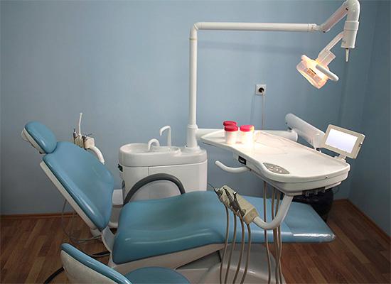 На последних сроках беременности целесообразно размещаться в кресле стоматолога слегка на боку для снижения нагрузки со стороны плода на сосуды.