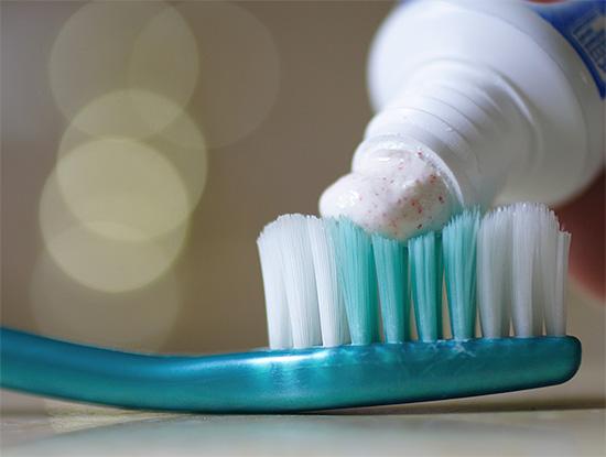 Чрезмерное увлечение высокоабразивными зубными пастами (отбеливающими) может приводить к усиленному стиранию эмали в пришеечной области.