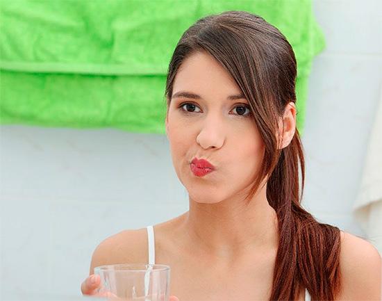 Полоскания рта теплыми отварами трав и содо-солевым раствором позволяют снять остроту боли во время приступа.