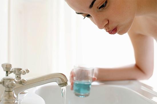 Одним из самых действенных народных средств для снятия зубной боли являются теплые полоскания рта различными растворами и отварами.