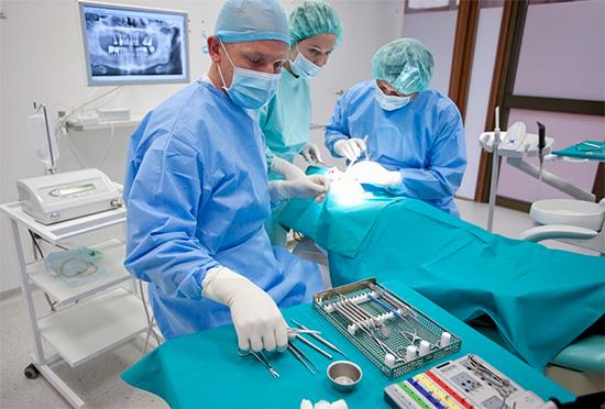 Анестезиолог-реаниматолог играет весьма важную роль на всех этапах процедуры.
