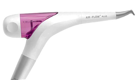 Так выглядит аппарат Air-Flow для механического отбеливания зубов.