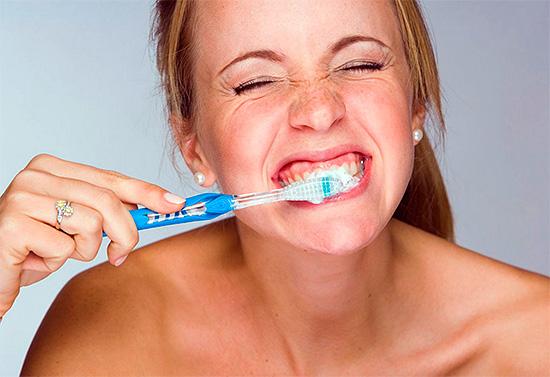 Злоупотребление отбеливающими зубными пастами может привести к серьезному повреждению эмали.