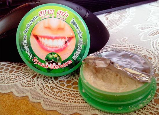 Характерной особенностью многих зубных паст, продаваемых в Тайланде, является фасовка их в небольшие круглые баночки.