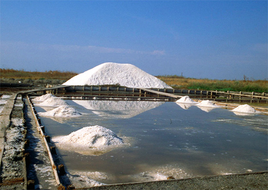 По мере испарения воды раствор (рапа) становится более насыщенным, и из него начинает выкристаллизовываться соль.