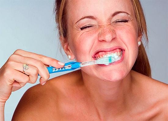 Применение зубных паст Сенсодин в очень многих случаях действительно помогает устранить болезненную чувствительность зубов к действию различных раздражителей.