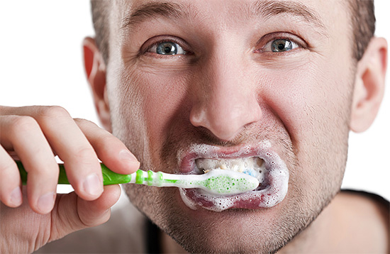 Применение высокоабразивных отбеливающих зубных паст при чувствительной эмали противопоказано.