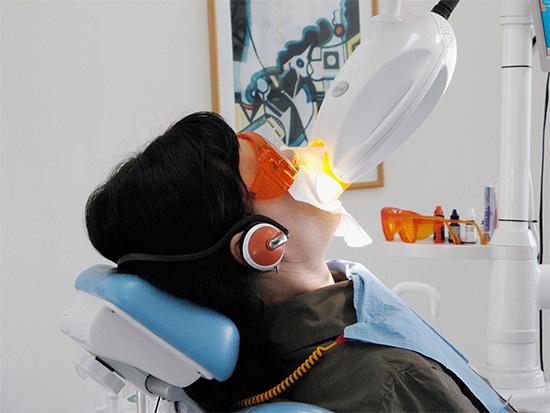 Кабинетное отбеливание зубов несмотря на ряд преимуществ также не является абсолютно безопасным для эмали и десен.