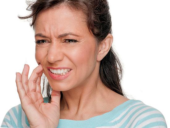 Наиболее частым побочным эффектом отбеливания зубов является их повышенная чувствительность в течение некоторого времени.