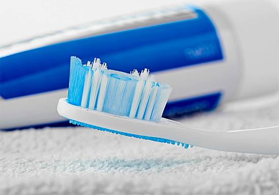Зачастую вместо не всегда безопасных экспериментов с народными рецептами проще и эффективнее бывает использовать отбеливающую зубную пасту.