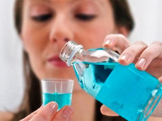 Правильнее будет отказаться от интенсивных полосканий рта в пользу ротовых ванночек - при этом меньше риск повреждения защитного кровяного сгустка.