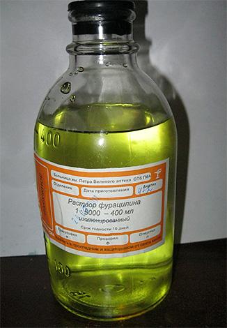 На фото показан пример уже готового к применению раствора фурацилина.