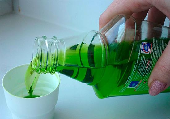 Ополаскиватели для полости рта тоже могут помочь за счет своих антибактериальных и противовоспалительных свойств.