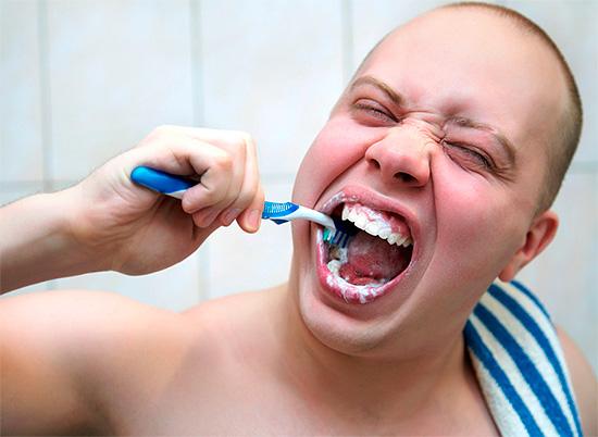 При чрезмерном увлечении отбеливающими зубными пастами может наблюдаться патологическая убыль эмали.