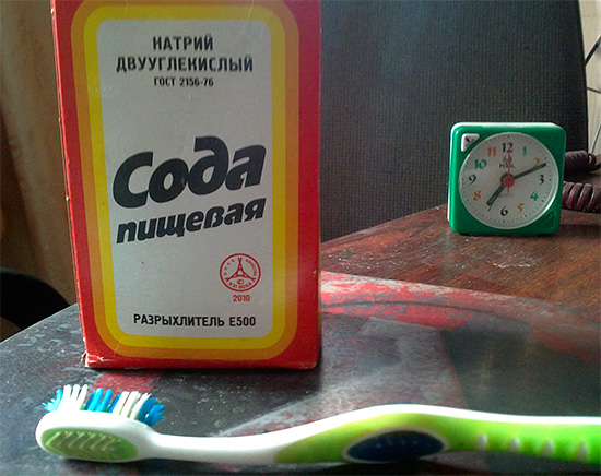 Попытки регулярно чистить зубы пищевой содой могут нанести эмали значительный вред за счет ее абразивного истирания.
