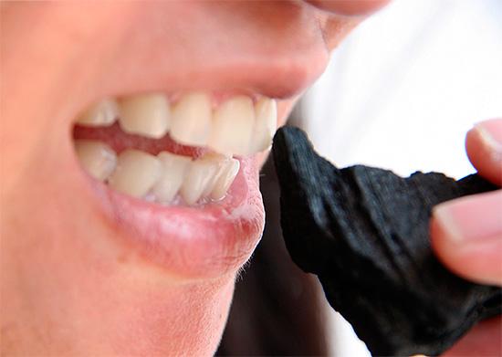 Патаясь отбелить зубы обычным древесным углем, можно нанести им больше вреда, чем пользы.