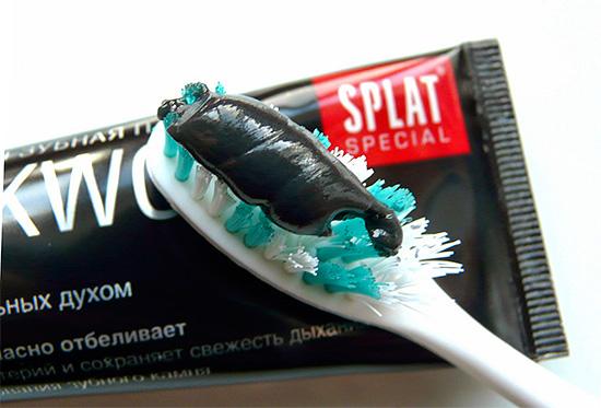 Пример отбеливающей зубной пасты с содержанием древесного угля - Splat Blackwood.