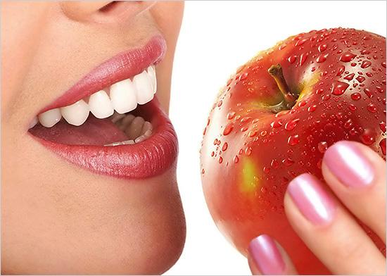 Наличие в рационе питания яблок способствует белизне улыбки.