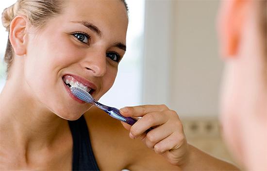 Одним из весьма популярных способов самостоятельного отбеливания зубов является использование отбеливающих зубных паст.
