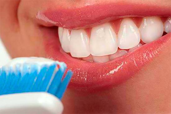 Не каждая отбеливающая зубная паста хорошо отбеливает, и уж тем более не все они безопасны в применении - о том, как выбрать лучший вариант мы дальше и поговорим...
