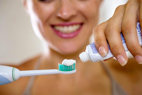 Зубные пасты с карбонатом кальция характеризуются повышенной абразивностью и обычно неплохо удаляют пигментированный налет с поверхности эмали.