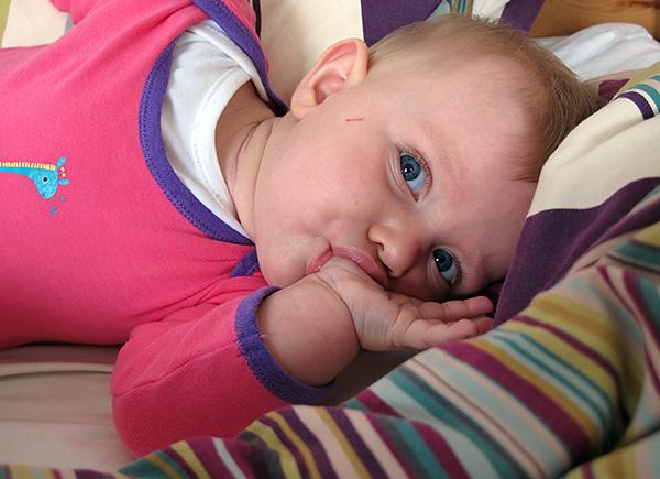 Причиной появления у ребенка дистального прикуса могут стать вредные привычки - например, сосание пальца.