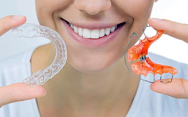Съемные ортодонтические аппараты могут помочь в исправлении как молочного прикуса, так и уже при появлении постоянных зубов.