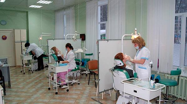 На фотографии показан пример стоматологического кабинета в городской поликлинике.