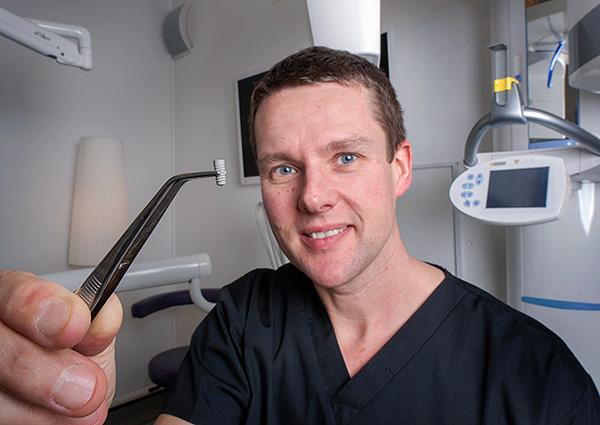 Разные клиники и врачи могут давать разную гарантию на услуги по имплантации зубов.