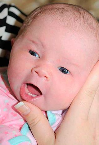 Иногда у новорожденных детей уже имеются зубы...
