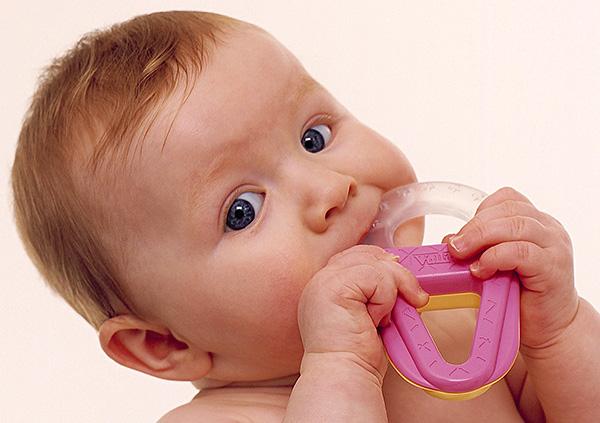 Для облегчения прорезывания молочных зубов можно использовать резиновые или силиконовые стимуляторы прорезывания (грызунки).