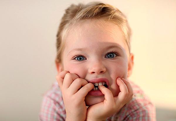 Формированию перекрестного прикуса в значительной мере могут способствовать вредные привычки в детском возрасте.