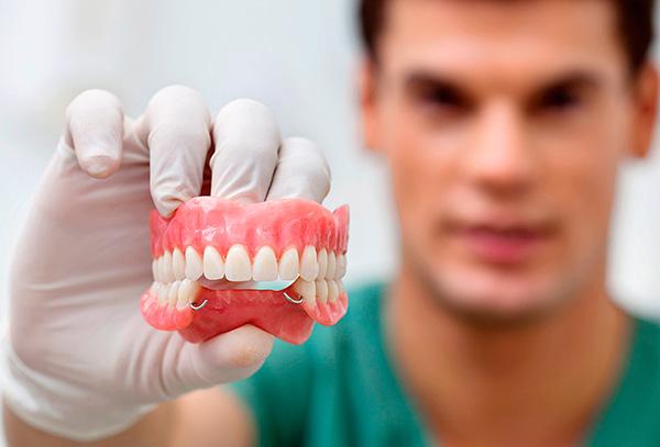 Поговорим о плюсах и минусах зубных протезов, сделанных из акриловой пластмассы...