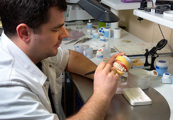 Качество готового протеза во многом зависит от слаженной работы врача-ортопеда и зубного техника.