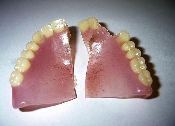 Акриловая пластмасса является довольно хрупкой и может треснуть сразу в нескольких местах.