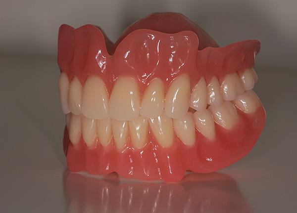 Цены на изготовление акрилового протеза в стоматологических клиниках могут различаться в разы.