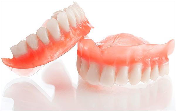 При отсутствии всех зубов в челюсти используют так называемый полный протез, то есть полностью восстанавливающий весь зубной ряд.